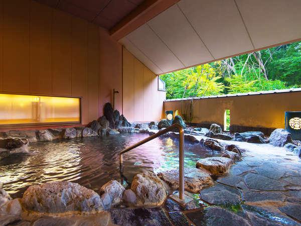 榊原の山々の風景を切り取ったかのような、自然へとつながる窓。それを眺めて、温泉を愉しむ贅沢な時間