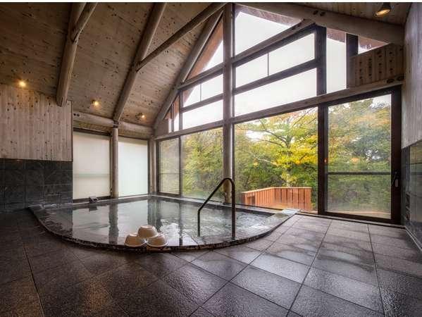 大きな窓から森が見える開放的なお風呂