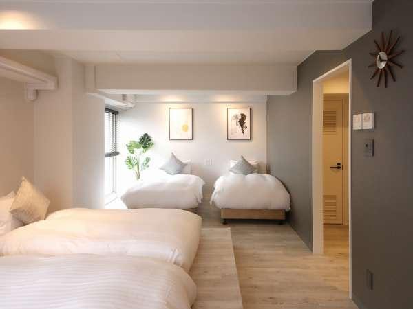 大きな窓からは優しい光が降り注ぎ、明るく温かなベッドスペース