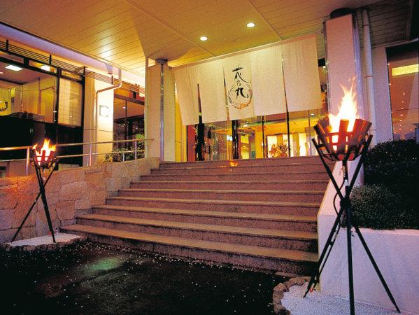 【正面玄関】篝火を焚いてお出迎え♪ようこそ、水軍伝説の風薫る宿『花乃丸』へ!