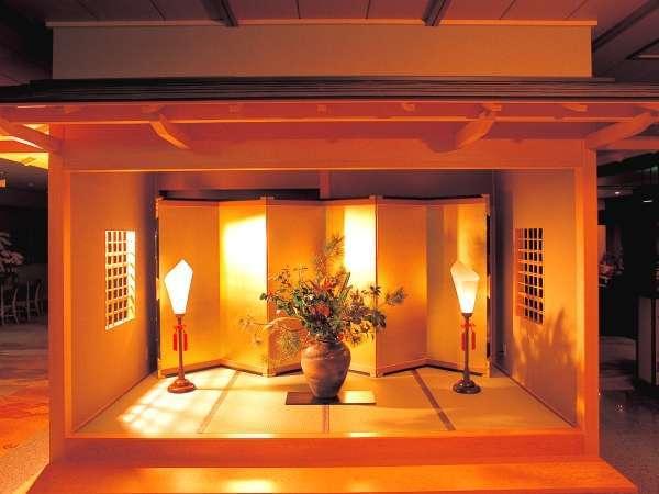 正面玄関をくぐり一歩足を踏み入れる。華やかな時の香りが息づくおもてなしへのプロローグ。