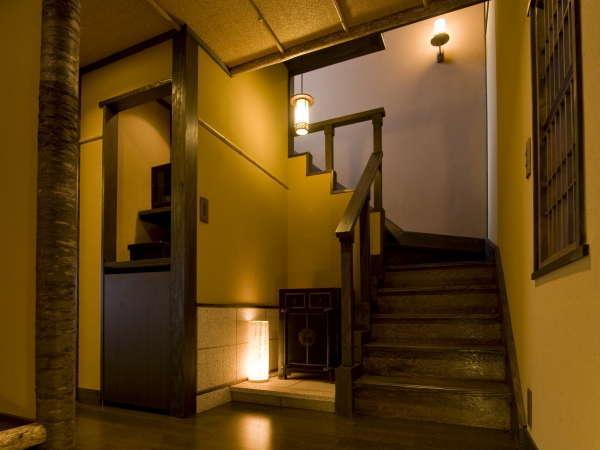 【花タイプ/入口、2階への階段】桜の木を使用した純和室は大人の雰囲気