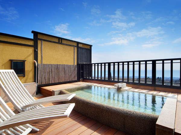 【月タイプ 二階の露天風呂】日中は目の前に伊豆七島が浮かぶ海、後方には大室山がご覧いただけます。