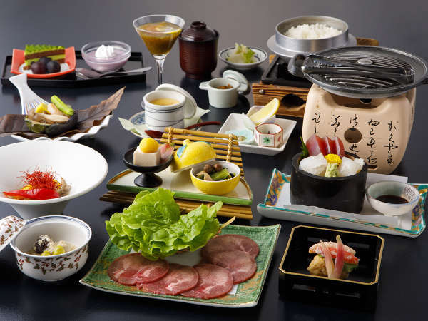 夕食の一例。板長自慢の創作会席料理。 地元の食材を中心に、吟味された素材の御料理が並びます。