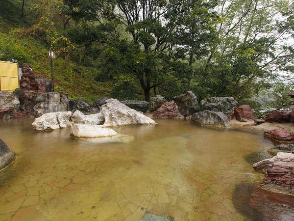 露天風呂。「温まる湯」「美人の湯」の特性を有する天然温泉です。