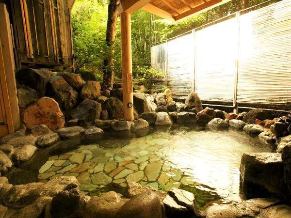 【新館:小涌谷温泉/花の湯】開放的な緑の庭を眺められる岩露天風呂。