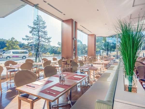 陽光がさしこみ開放感あふれる1Fレストランカフェ『セレース』