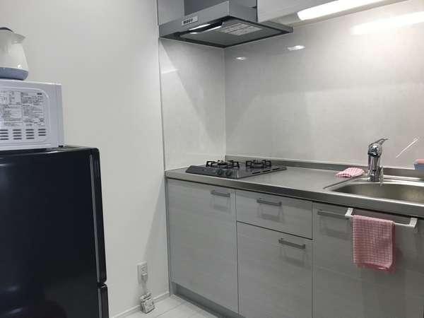 便利なシステムキッチンを備えます。2ドア冷蔵庫・電子レンジ・電子ケトル・(調理器具は1滞在¥540)