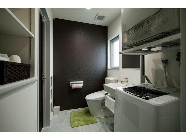 明るく広い洗面スペース。シャワーブースとはセパレートされ快適な使い心地です。