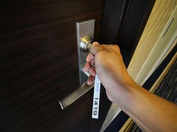 【シリンダー錠】外出の際はフロントへ鍵のお預けをお願いします。