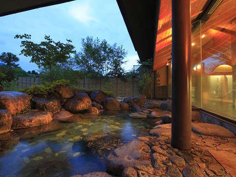 夕暮れの露天風呂。静かな山の麓の凛とした空気に包まれて。