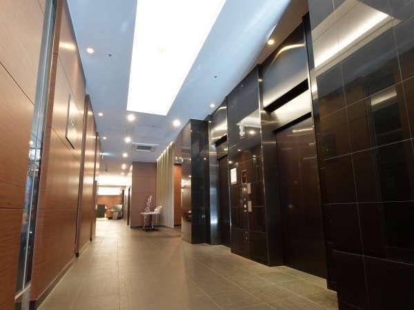 【エレベーター】入り口すぐ右手のエレベーターでお部屋へ。