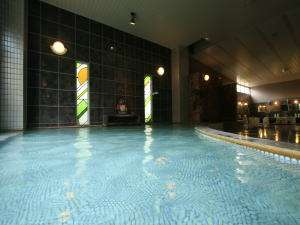 広々としたローマ風スパ大浴場