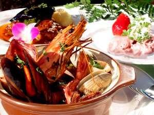 口コミで好評、夕食のパエリア。新鮮な魚介がたっぷり (ディナー1例)