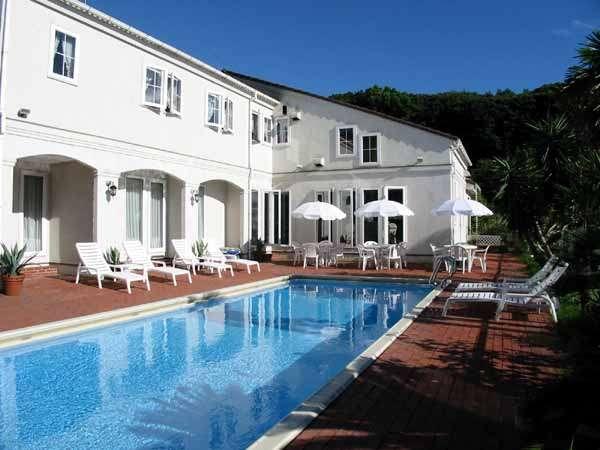 敷地内にプールもあり、地中海を思わせる雰囲気