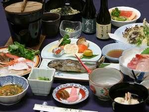 ご夕食の一例。ご夕食はお部屋出しのご用意です。(内容は変わる場合があります。お酒は別会計です。)