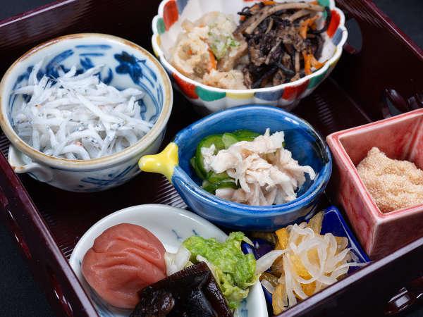 *【朝食】自家製の梅干や干物、体に優しい和食中心の朝食をご用意。