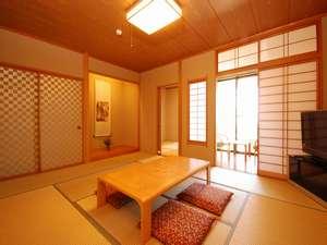 10畳間と4.5畳の2間つづきの広々和室。テラスも付いて景色は最高