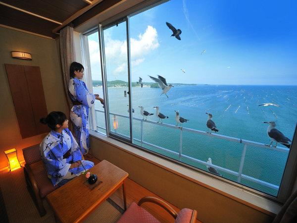 お部屋からパノラマの海を一望できます。海側客室一例【東館】