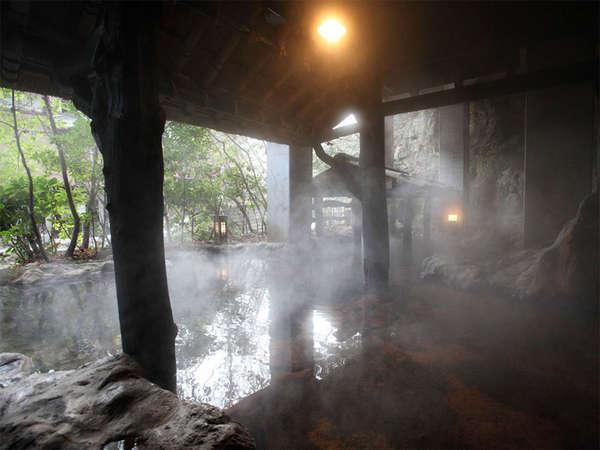 風情あふれる大きな岩山の露天風呂です。