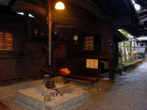 お風呂上りは回廊脇の囲炉裏でご休憩いただけます♪