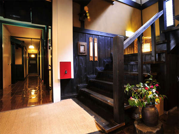 黒で統一された木材と温かい灯りが作りだす雰囲気をお楽しみ下さい。