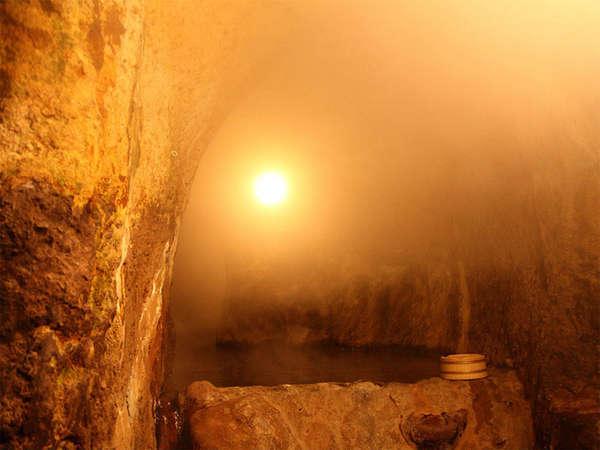 自慢の洞窟風呂。全長30mの大きなお風呂です。