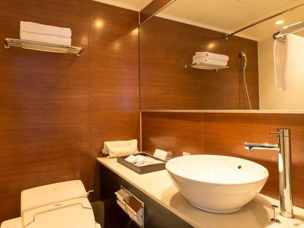 【バスルーム】お洒落な形の洗面台。バスタオル、フェイスタオル、ハンドタオルの3種類をご用意