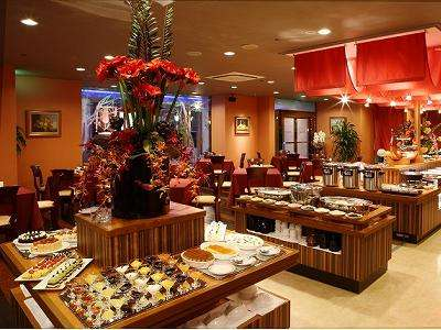 <ブッフェレストラン Surf&Turf>和食から洋食まで種類豊富にご用意。