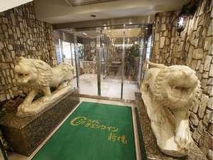 大理石像が印象的な、清潔感漂うロビー入口