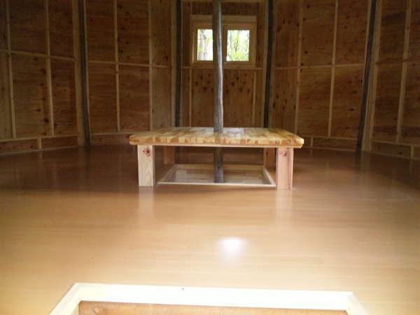 カラフルロッジの中央には腰掛けられる大きな机が