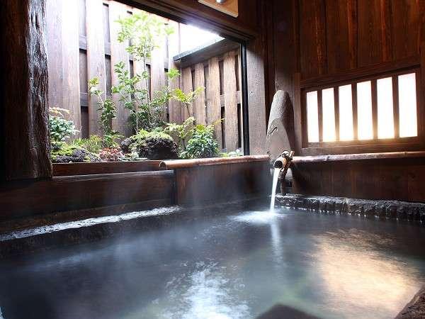 【貸切風呂】趣深い切り石の貸切風呂は宿泊者無料で利用できる/例