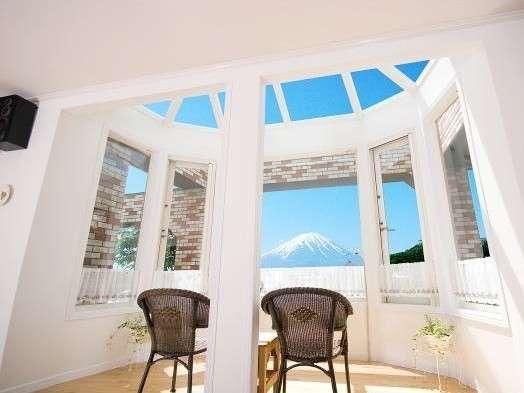富士山の絶景を望むコンサバトリーで至福のひとときをお過ごし下さい。