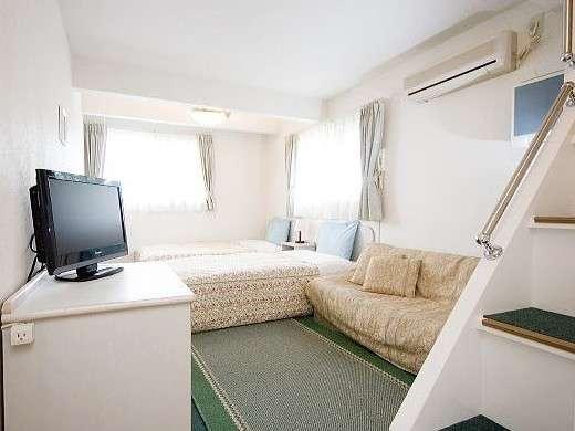 3~4名様用のロフト付洋室(階段付タイプ)。お部屋から富士山の眺望をお楽しみいただけます。