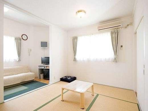 2~3名様用ソファー付タイプの和室。お部屋から富士山の眺望をお楽しみいただけます。