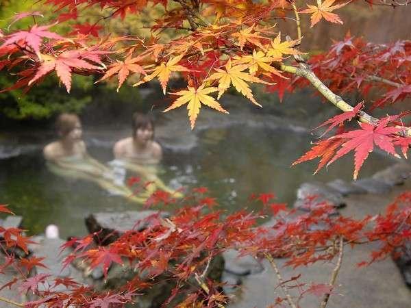 10月中旬頃の露天風呂 瑠璃の湯です。効能豊かな温泉でゆっくり♪露天風呂は18:00で入れ替えします。