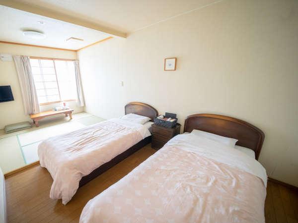 【和洋室】4名様まで宿泊可能なお部屋。TV、冷蔵庫、ポットやタオル、浴衣などのアメニティをご用意