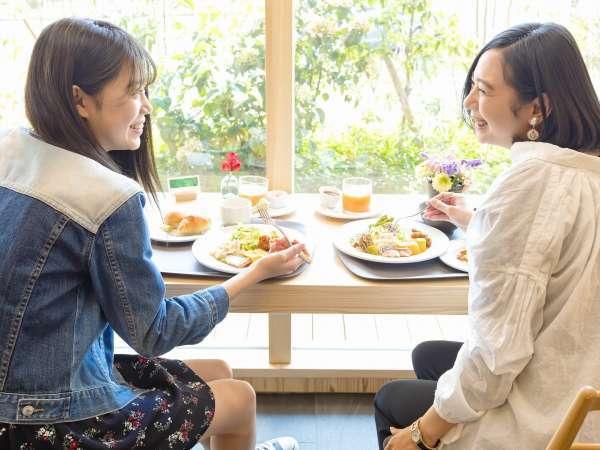 飫肥杉を使った明るい朝食会場はまるでカフェ!