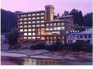 矢作川より眺める夕暮れ時の当館全景☆