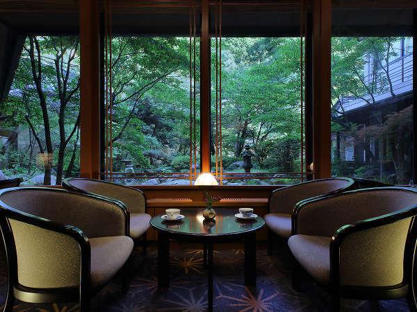 【ロビーラウンジ 四季】夕暮には水面に灯りが映りこみ、幻想的な景色が広がります。