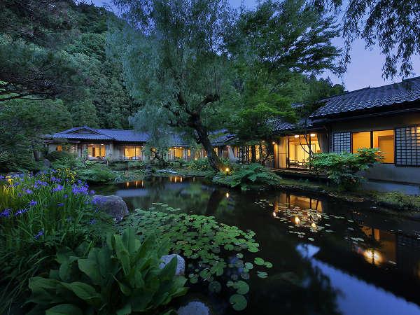 【離れ環翠荘】水芭蕉や睡蓮など水辺の植物が水面に映りまるで絵画のような風景です。