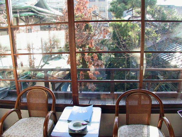 【客室(広縁)】中庭に面し日当たりが良く明るい部屋です。時々猿の家族が遊んでいます