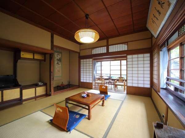 【デラックス客室14畳】数寄屋造りの和室。トイレと内風呂つき