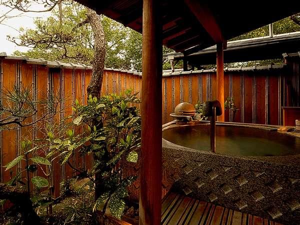 【八雲】中庭を池越しに眺める本間。藤椅子の板の間でリラックスした時間を過ごすのも格別です。