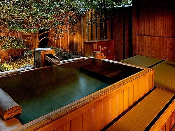 露天風呂付き離れ客室「若松」の露天風呂は防水畳に木造り(内石張り)