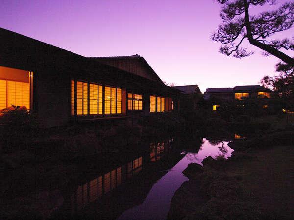 夕暮れ時には幻想的な雰囲気の漂う『離れ』の風景