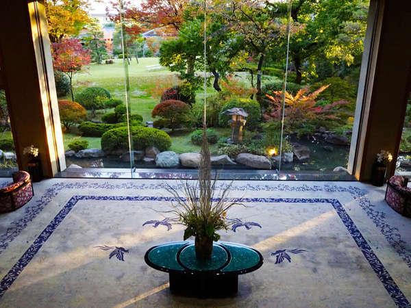 一歩館内に足を踏み入れると四季風情あふれる日本庭園が目の前に広がります。