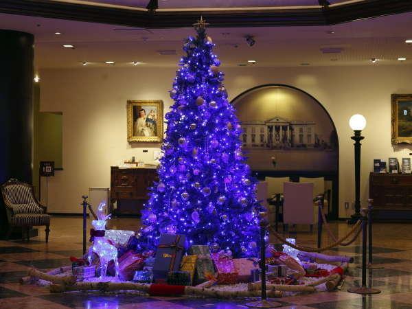 クリスマスシーズンはロビー中央に大きなツリーが装飾されます