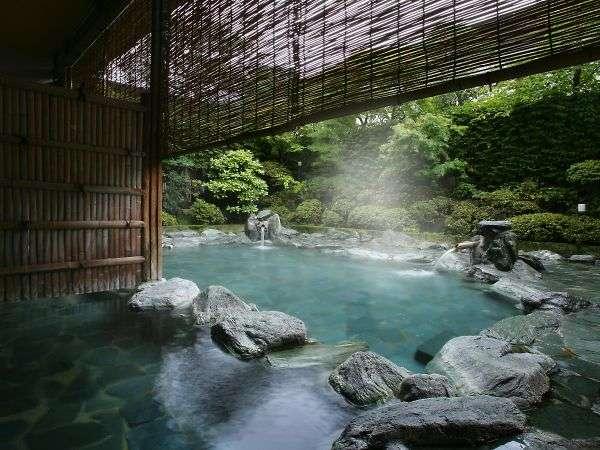 仰げば空が笑い、目をつむれば風が語りかけて来る。四季の薫りに包まれる開放的な露天風呂。