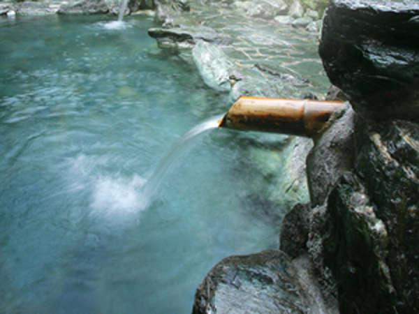 足をらくらく伸ばして入れる露天風呂。広めの湯船で日頃の疲れを癒して下さい。
